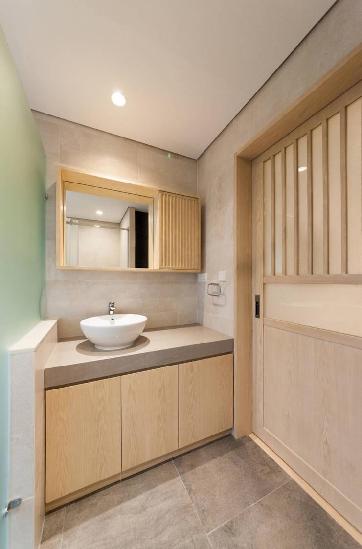 shower room:  Bathroom by arctitudesign