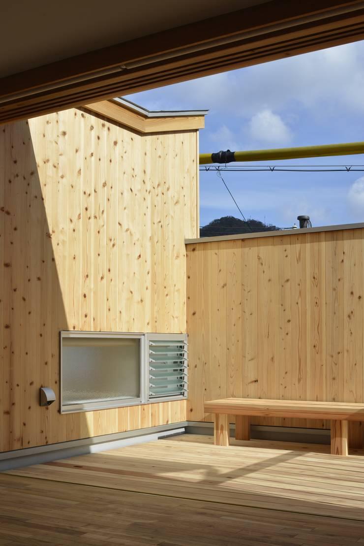 諸寄の家: シェド建築設計室が手掛けたテラス・ベランダです。