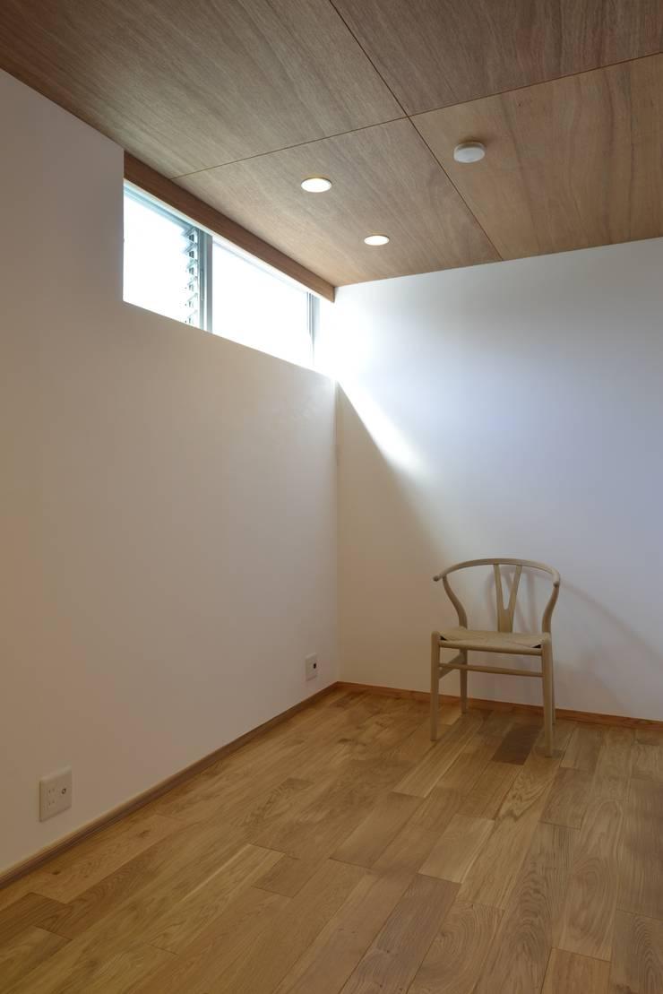諸寄の家: シェド建築設計室が手掛けた寝室です。