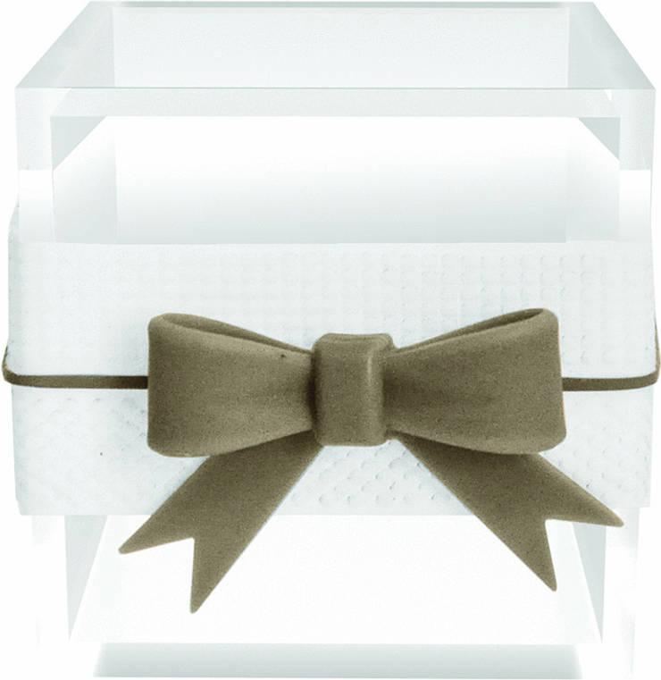 SMALL MULTI-USE BOX WITH RIBBON WHITE: Casa  por Manuela Bento Decor