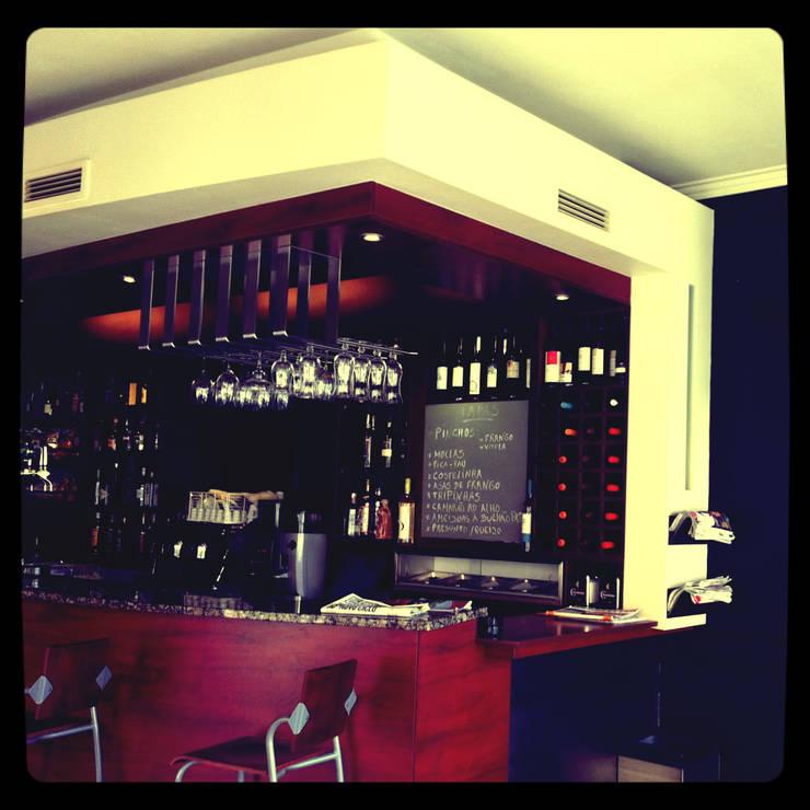 Café <q>Tapas e Tintos</q> – remodelação: Bares e clubes  por suguidesign