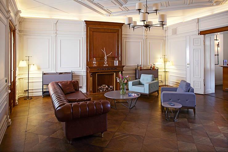 dga – Berlin'de bir Ofis Tasarımı:  tarz Oturma Odası, Klasik