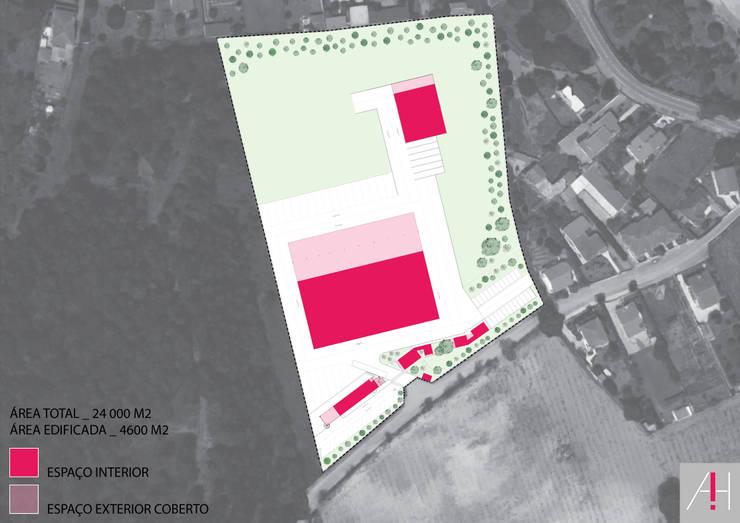 Distribuição do edificado no terreno.:   por Aurora Fernandes e Helena Alves - Arquitectas Associadas Lda.