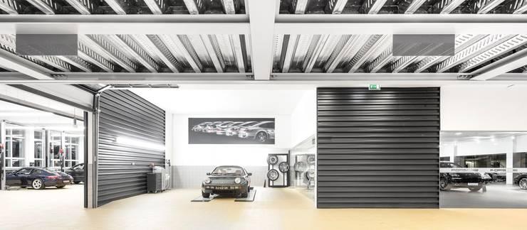OFICINA_Centro PORSCHE Lisboa: Stands de automóveis  por OW ARQUITECTOS lda | simplicity works