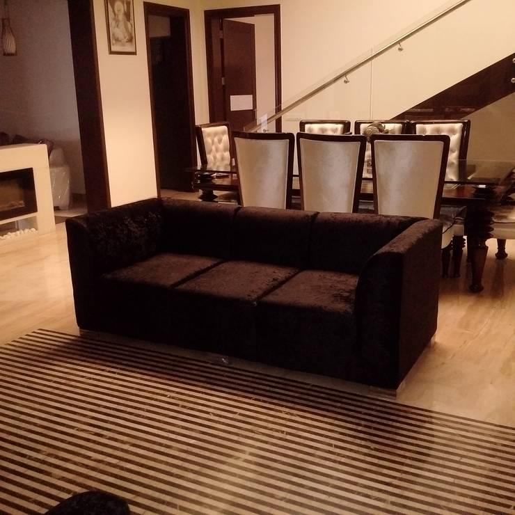 Residence For Mr Akshdeep S:  Living room by H.S.SEHGAL & ASSOCIATES