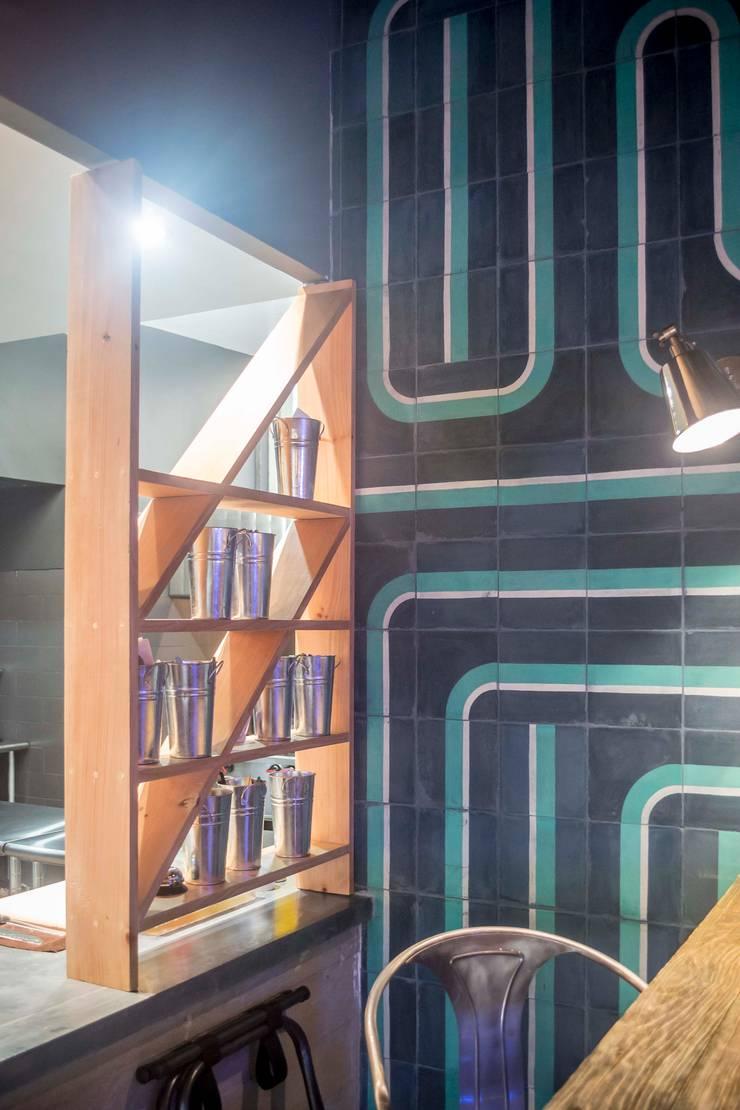 La 44 - Hamburguesería: Espacios comerciales de estilo  por Taller La Semilla