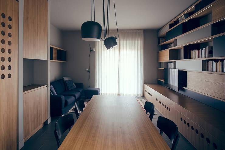 house#02 soggiorno: Soggiorno in stile  di andrea rubini architetto, Minimalista Legno Effetto legno