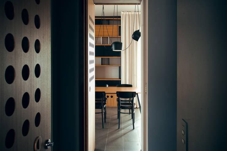 house#02 sala da pranzo soggiorno: Sala da pranzo in stile  di andrea rubini architetto, Moderno Legno Effetto legno