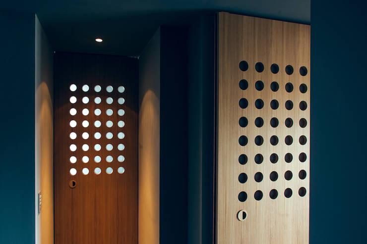 house#02 porte corridoio :  in stile  di andrea rubini architetto, Minimalista Legno Effetto legno