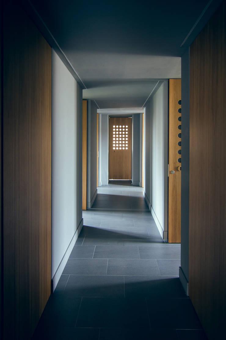 house#02 corridoio: Ingresso & Corridoio in stile  di andrea rubini architetto, Minimalista Legno Effetto legno