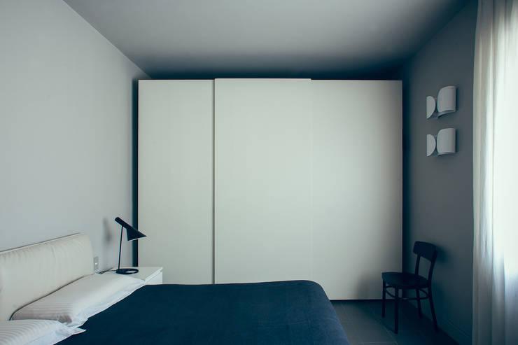 house#02 camera da letto: Camera da letto in stile  di andrea rubini architetto, Minimalista Ceramica