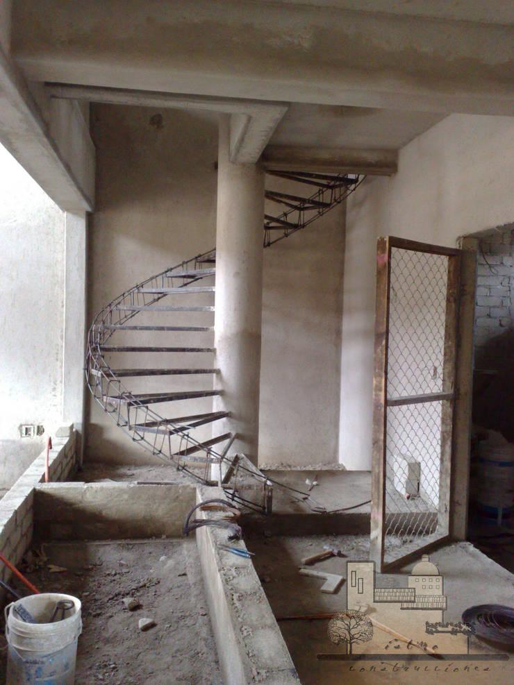 Escalera: Pasillos y recibidores de estilo  por I.S.T.M.O. CONSTRUCCIONES