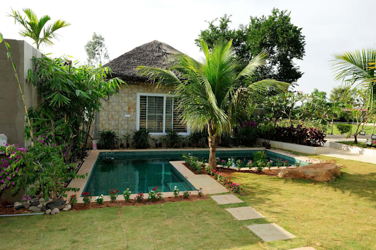A Luxirious Thatched Villa:  Garden by iammies Landscapes