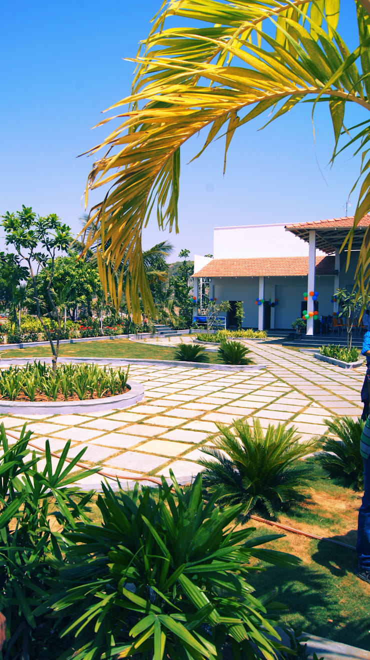 Highway landscaped Food Court:  Garden by iammies Landscapes