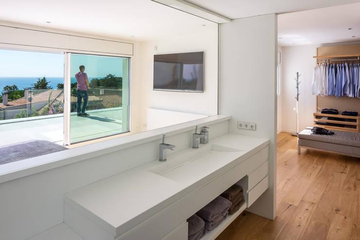 Projekty,  Łazienka zaprojektowane przez Simon Garcia | arqfoto