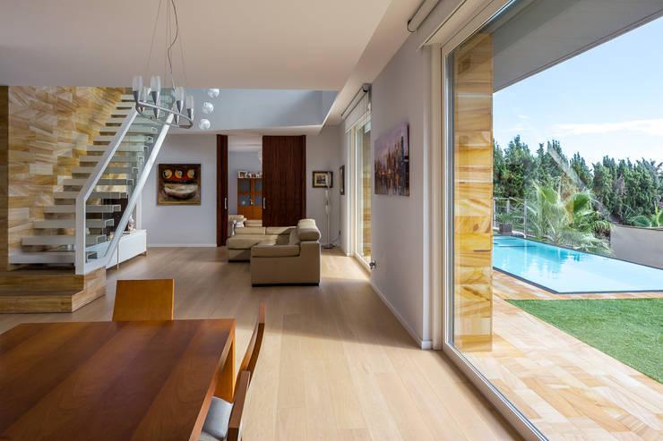 Casa E | 08023 architects: Salones de estilo moderno de Simon Garcia | arqfoto
