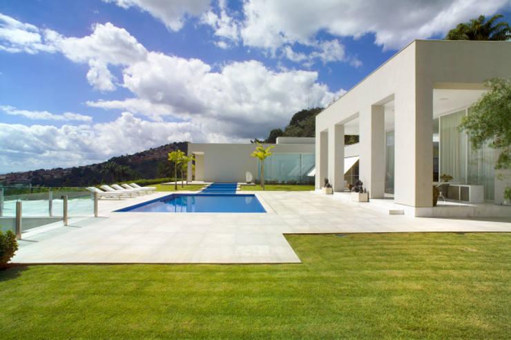 Casa Mangabeiras 2: Piscinas modernas por Lanza Arquitetos