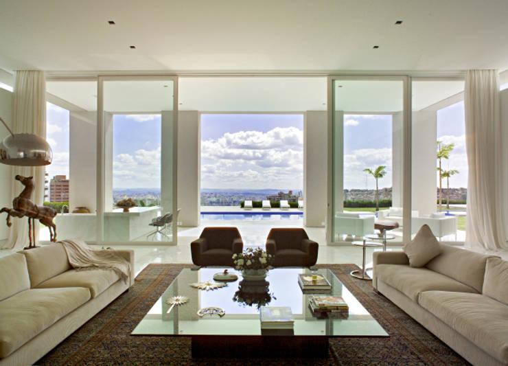 Casa Mangabeiras 2: Salas de estar modernas por Lanza Arquitetos