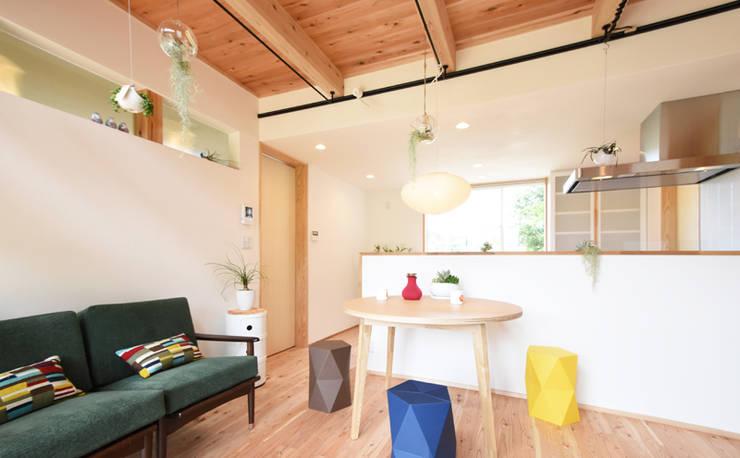照明・植物・カラフルな家具が彩るリビング: 合同会社negla設計室が手掛けたリビングです。,