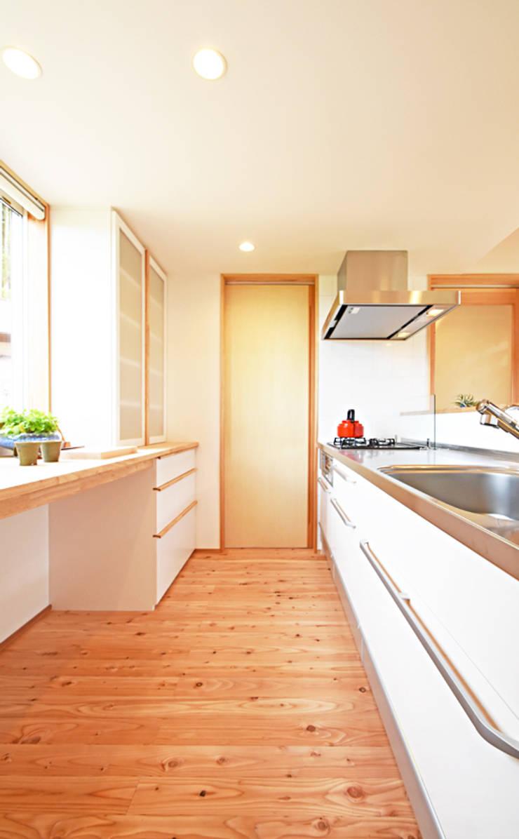 木の香りが漂う広いキッチンスペース: 合同会社negla設計室が手掛けたキッチンです。