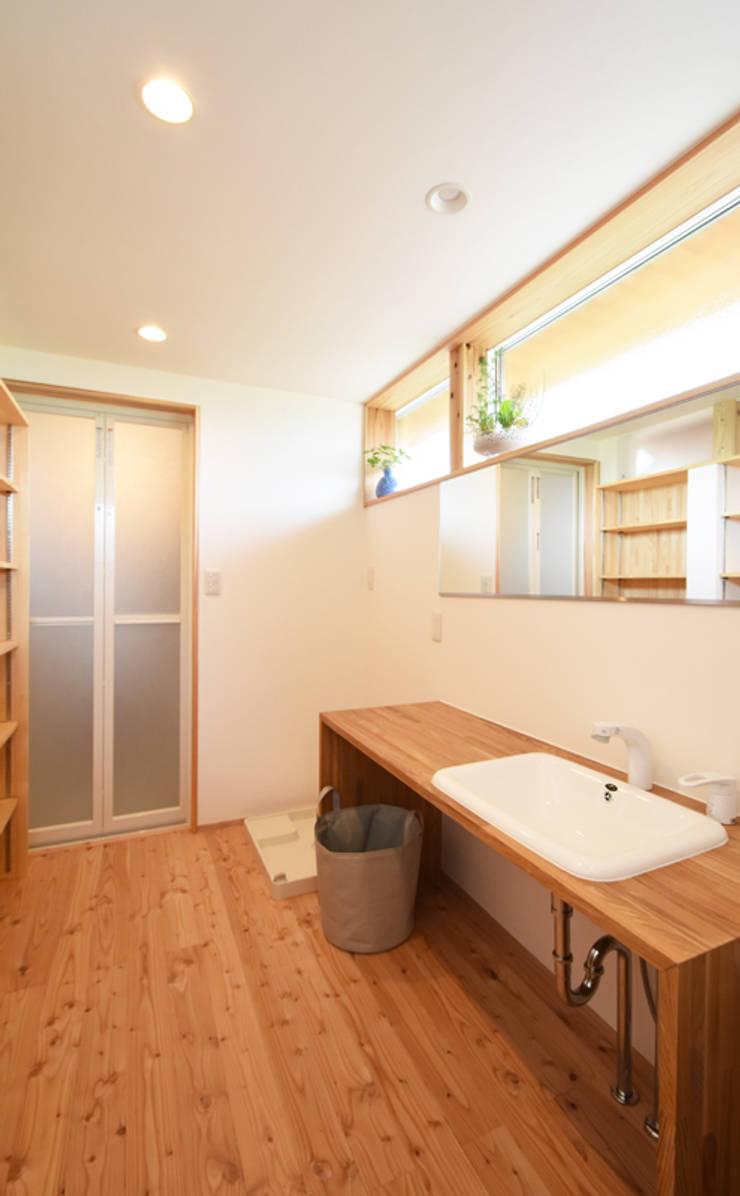 造作家具を配した洗面脱衣室: 合同会社negla設計室が手掛けた浴室です。,