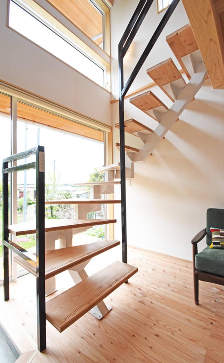 光を取り込む鉄骨のスケルトン階段: 合同会社negla設計室が手掛けた廊下 & 玄関です。