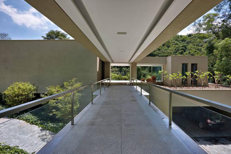 Casa Bosque da Ribeira: Corredores e halls de entrada  por Lanza Arquitetos