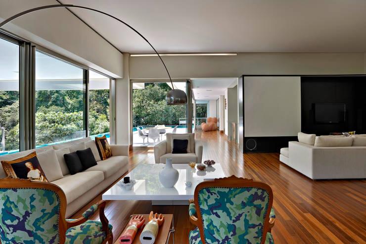 Salas de estar  por Lanza Arquitetos