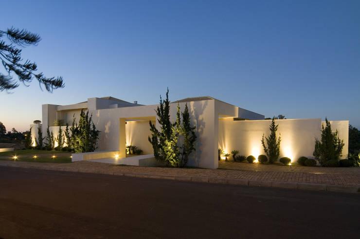 26 dicas para iluminar a fachada e deixar a frente de casa for Fachadas de casas modernas iluminadas