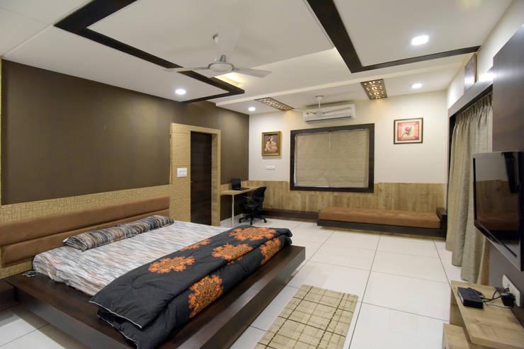 Master Bed Room Furniture:  Bedroom by KRUTI