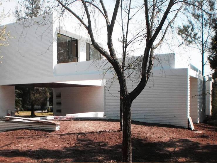 Jardines de estilo moderno por Dhena CONSTRUCCION DE JARDINES
