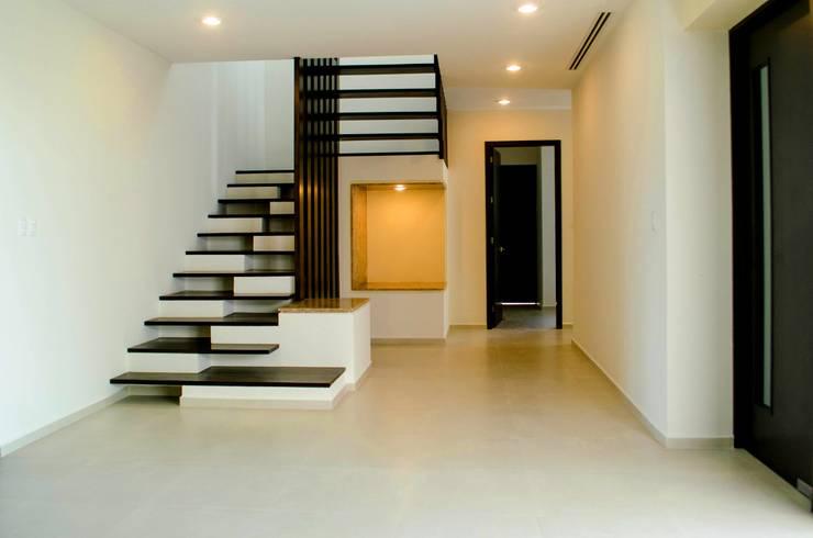Escalera: Pasillos y recibidores de estilo  por ARKOT arquitectura + construcción
