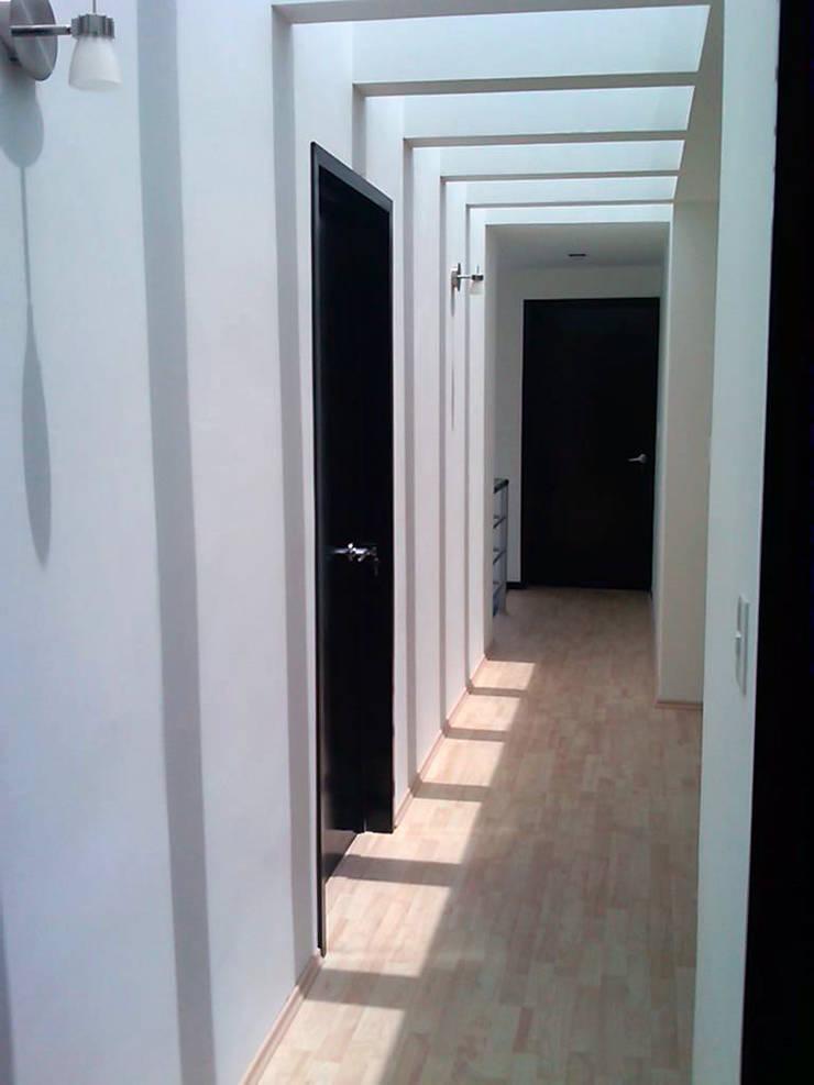 CASA CARDIF 38: Pasillos y recibidores de estilo  por CCA arquitectos