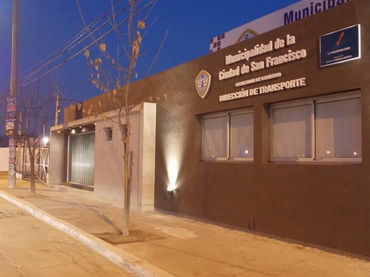 Oficinas Dirección de Transporte Municipalidad de San Francisco: Estudios y oficinas de estilo  por Raizar Arquitectura y Paisajismo