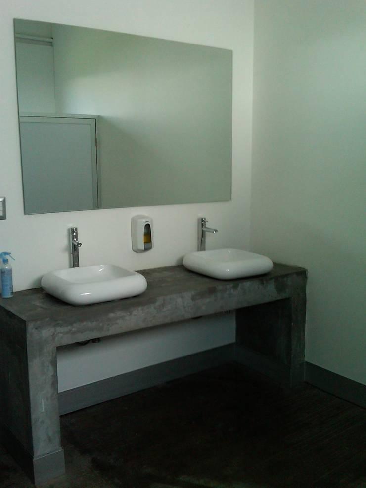 Show Room Hera Apparel: Baños de estilo  por CCA|arquitectos