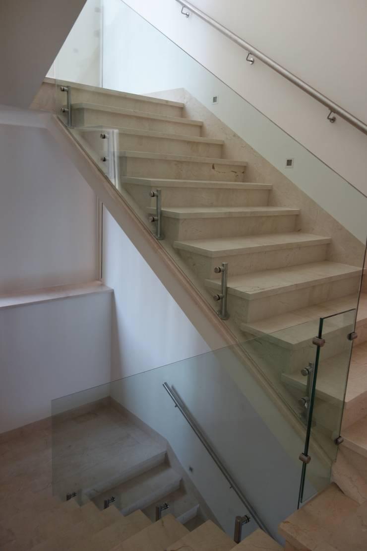 Residencias LV : Pasillos y recibidores de estilo  por CH Proyectos