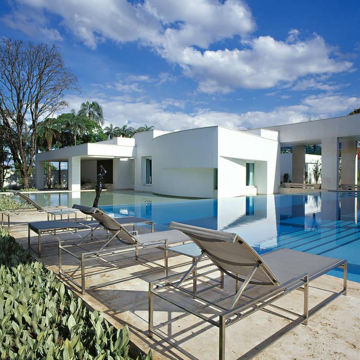 Casa na Pampulha: Casas modernas por Lanza Arquitetos