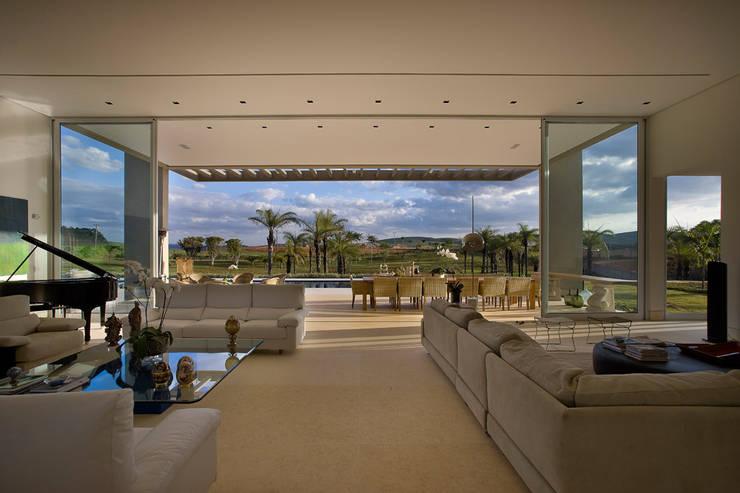 Casa Vila do Perpétuo: Salas de estar  por Lanza Arquitetos