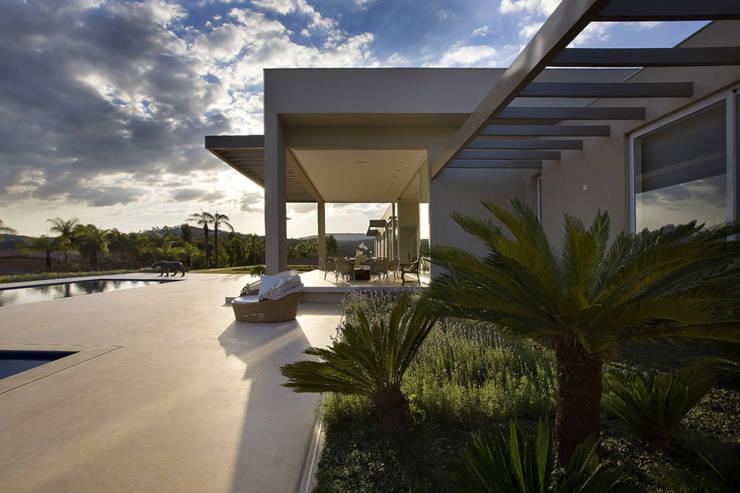Casa Vila do Perpétuo: Terraços  por Lanza Arquitetos