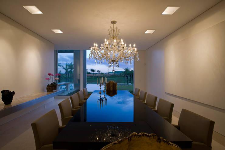 Casa Vila do Perpétuo: Salas de jantar  por Lanza Arquitetos