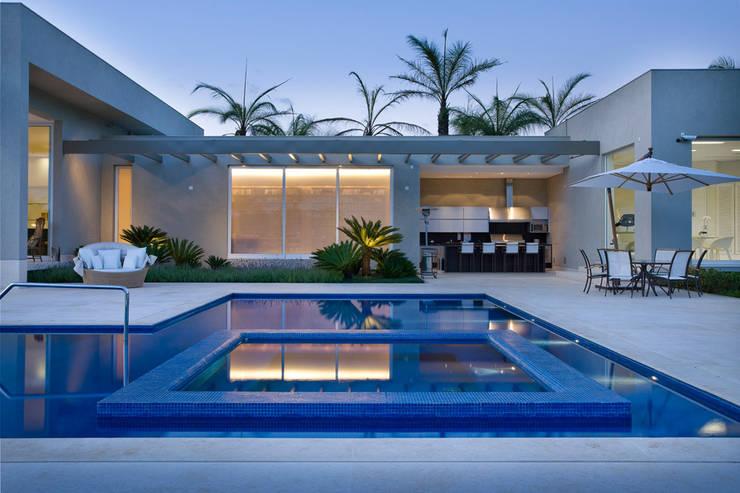 Casa Vila do Perpétuo: Piscinas  por Lanza Arquitetos