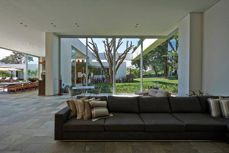 Ruang Keluarga by Lanza Arquitetos