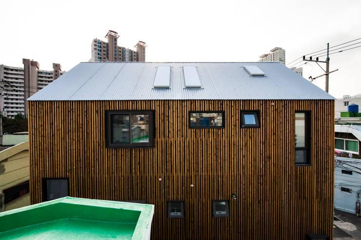 부산 수안동 주택: 비온후풍경 ㅣ J2H Architects의  주택