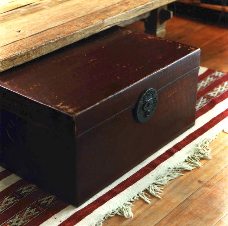 Baul de madera forrado en cuero sobre killim.: Livings de estilo  por Desde Asia