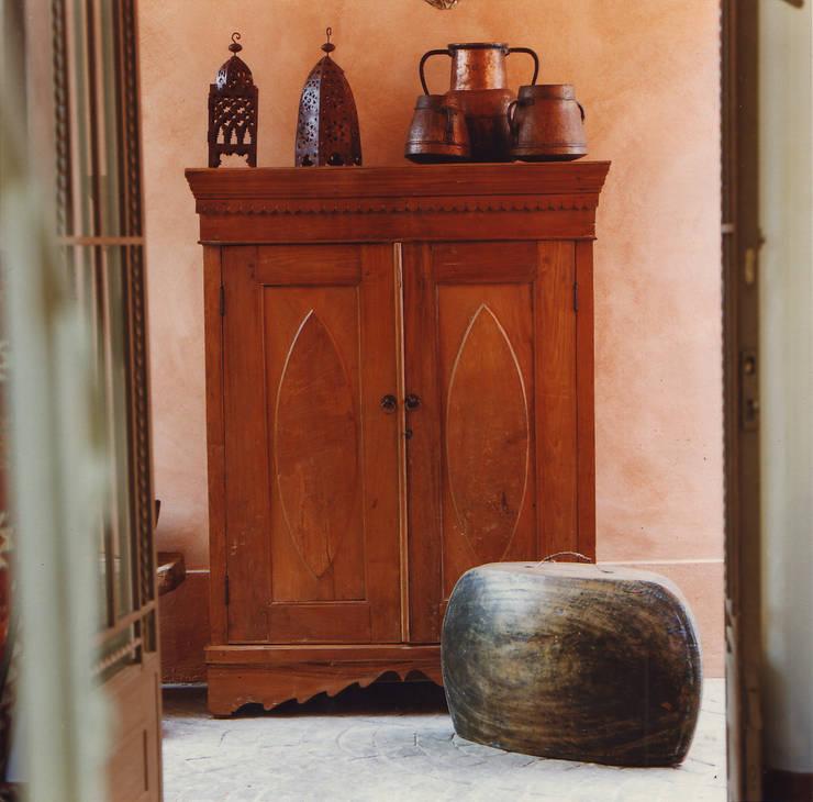 Armario antiguo de madera de teca tallado. Indonesia.: Dormitorios de estilo  por Desde Asia
