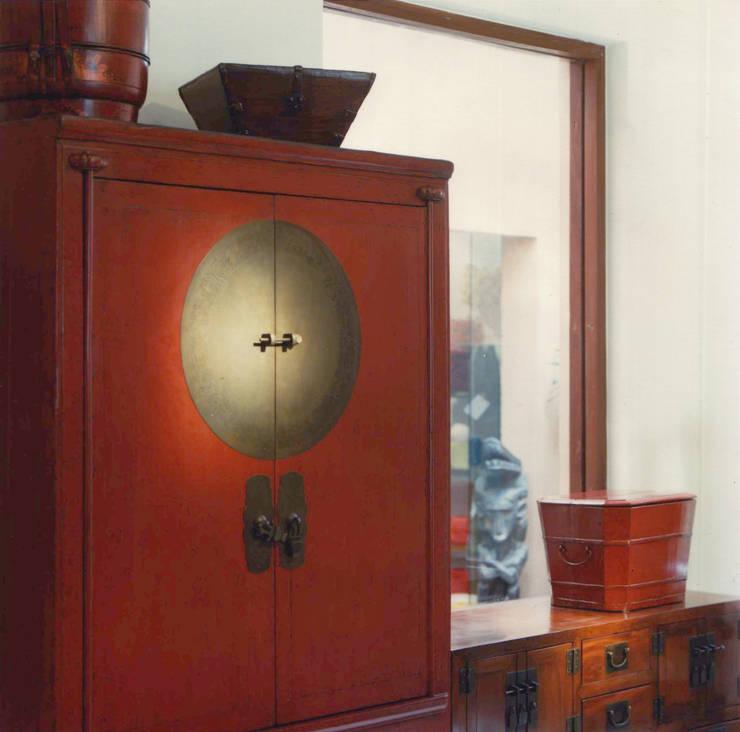 Antiguo armario de madera de olmo laqueado, dote de casamiento. China.: Livings de estilo  por Desde Asia