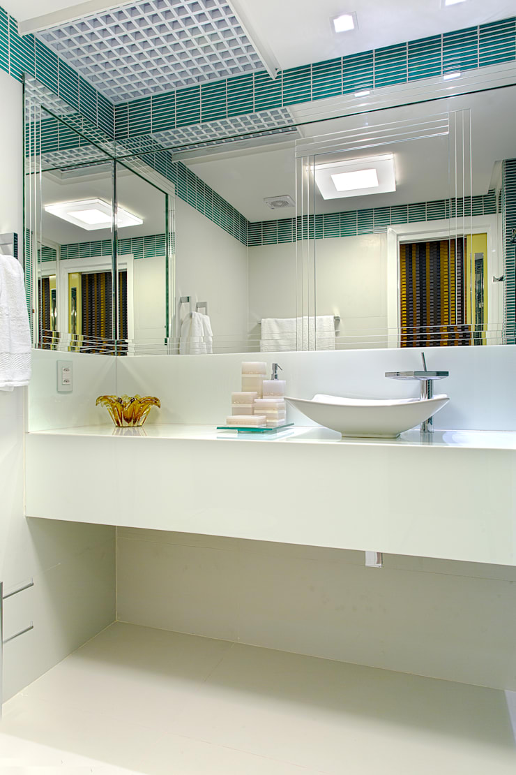Bathroom by Bruno Sgrillo Arquitetura, Modern Glass
