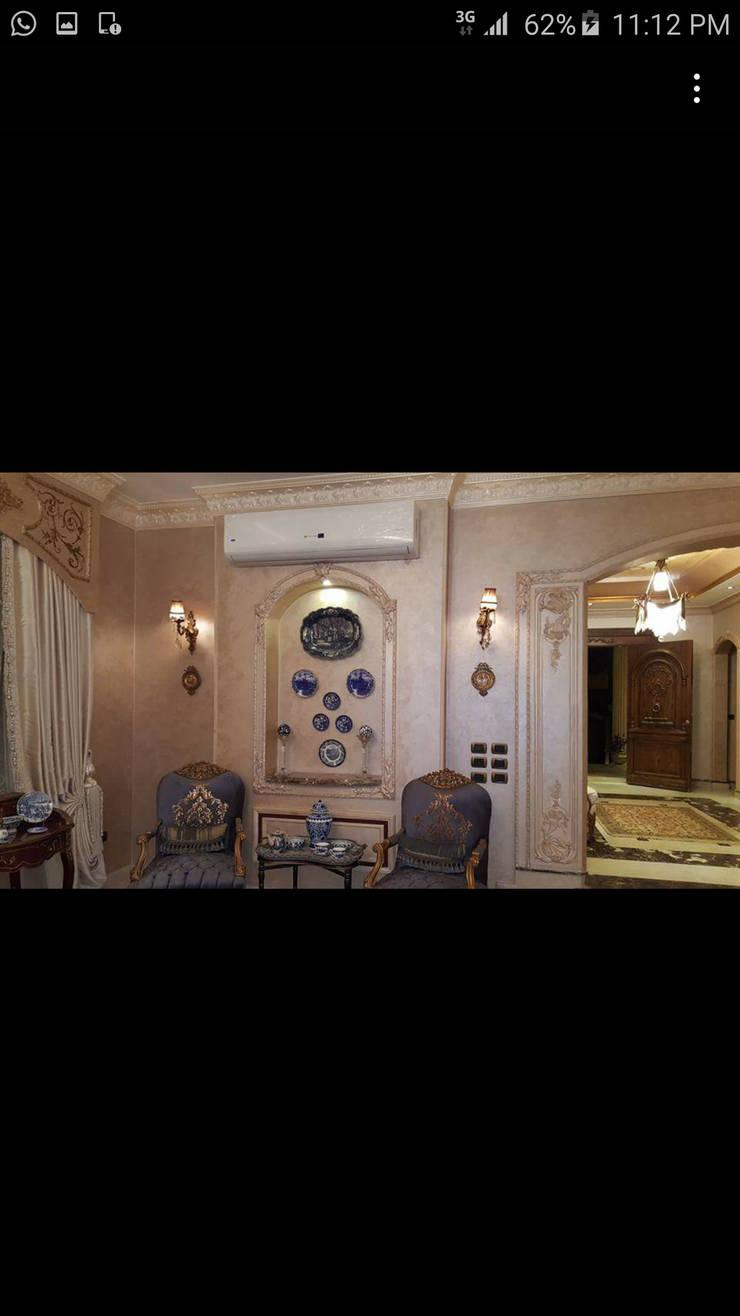 تشطيب وديكور داخلى:  غرفة المعيشة تنفيذ Royal designs