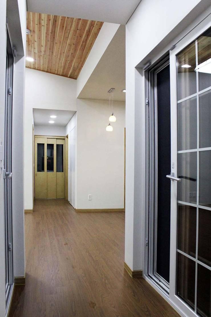 Corridor & hallway by 스투디오 테이크, Modern