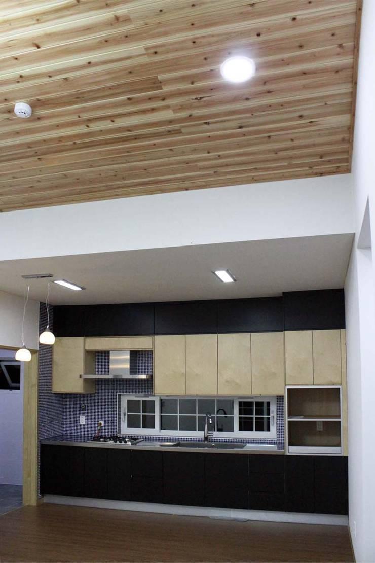 Nhà bếp phong cách hiện đại bởi 스투디오 테이크 Hiện đại